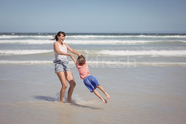 Feliz madre hijo costa playa Foto stock © wavebreak_media