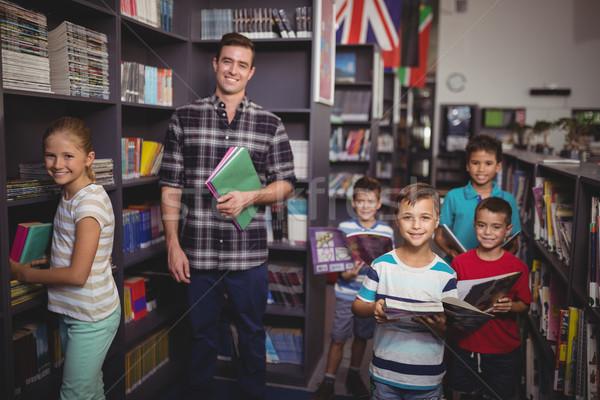 Portrait heureux enseignants permanent livres Photo stock © wavebreak_media