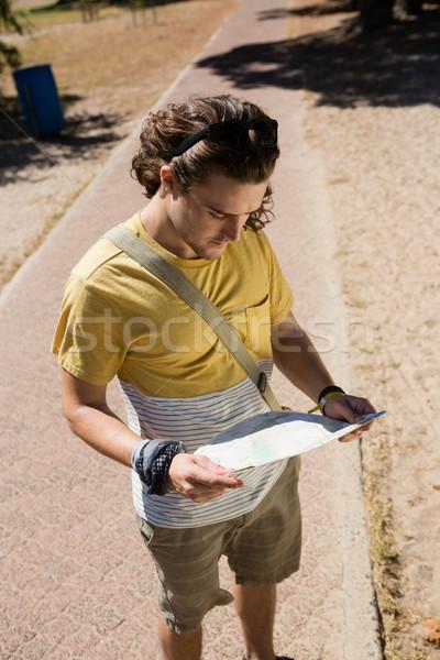 туристических человека глядя карта парка Сток-фото © wavebreak_media