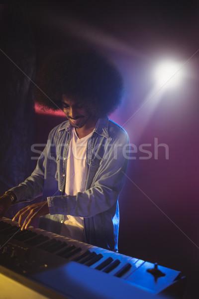 Masculino músico jogar piano etapa boate Foto stock © wavebreak_media