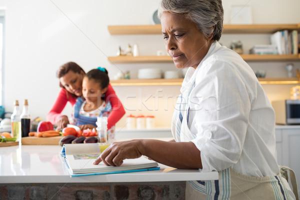 シニア 女性 見える レシピ 図書 キッチン ストックフォト © wavebreak_media