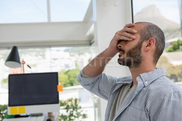 Frustrado disenador vidrio ventana oficina Foto stock © wavebreak_media
