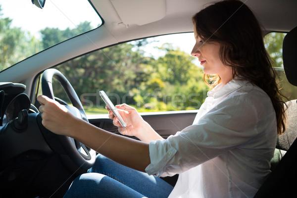 Mulher telefone móvel condução carro bela mulher viajar Foto stock © wavebreak_media