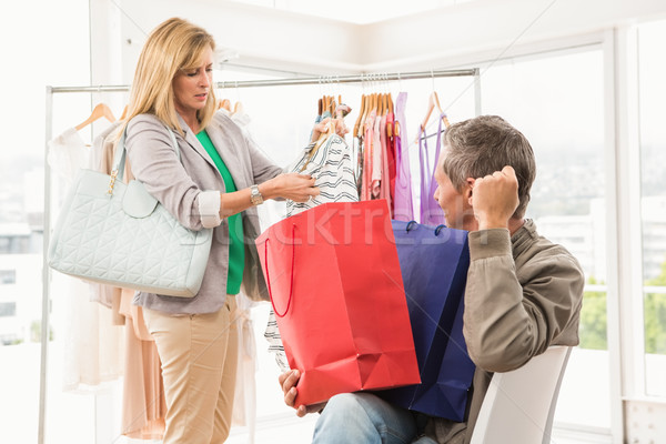 Férfi ül vár vásárlás nő ruházat Stock fotó © wavebreak_media