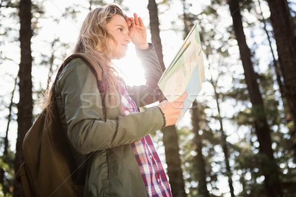 Joli randonneur carte regarder chemin Photo stock © wavebreak_media