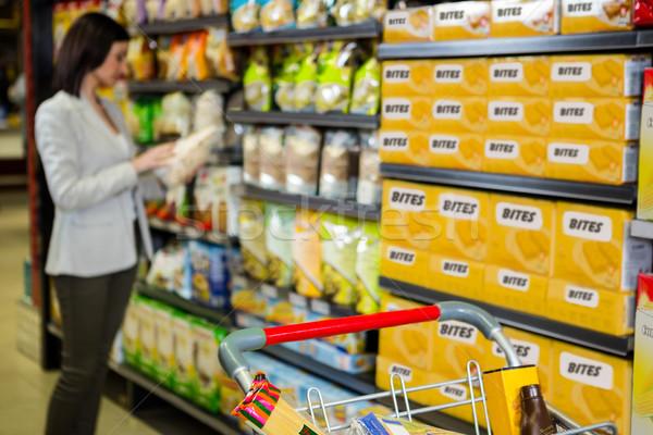 Vrouw naar product gangpad supermarkt winkelen Stockfoto © wavebreak_media