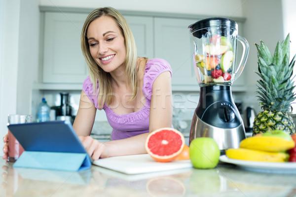 Bastante mulher loira cozinha mulher casa Foto stock © wavebreak_media