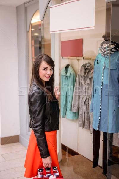 Portré nő tart bevásárlótáskák bevásárlóközpont mosolygó nő Stock fotó © wavebreak_media
