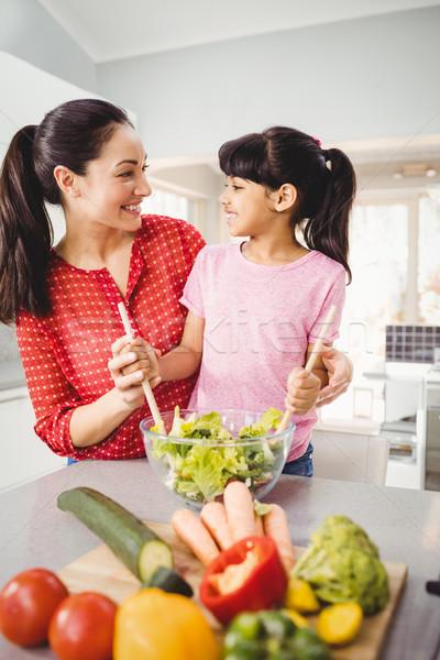 Feliz mãe filha salada casa mulher Foto stock © wavebreak_media