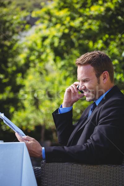 Przystojny biznesmen telefonu czytania menu taras Zdjęcia stock © wavebreak_media
