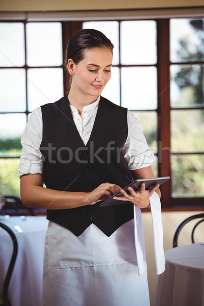 Serveerster digitale tablet permanente restaurant vrouw Stockfoto © wavebreak_media