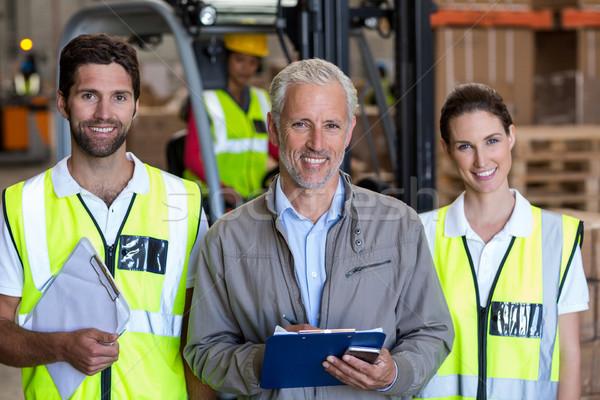 Retrato gerente posando trabajadores sonriendo almacén Foto stock © wavebreak_media
