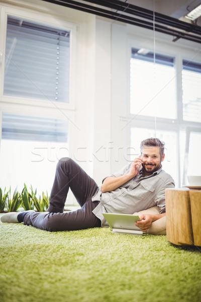 Stockfoto: Portret · zakenman · praten · telefoon · met · behulp · van · laptop · gelukkig