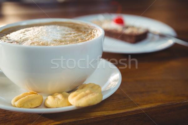 Cappucchino sütik tányér közelkép asztal büfé Stock fotó © wavebreak_media