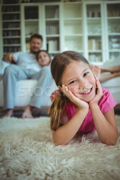 Stock fotó: Boldog · lány · padló · szülők · ül · kanapé · szeretet
