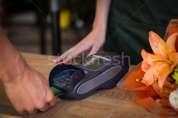 Hombre pago tarjeta de crédito flor Foto stock © wavebreak_media