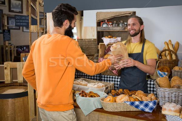 Mosolyog férfi vásárló csomag személyzet pult Stock fotó © wavebreak_media