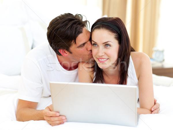 愛好家 ラップトップを使用して 家族 インターネット 男 幸せ ストックフォト © wavebreak_media