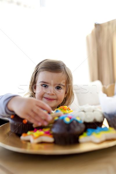 笑みを浮かべて 女の子 食べ 製菓 ホーム 見える ストックフォト © wavebreak_media