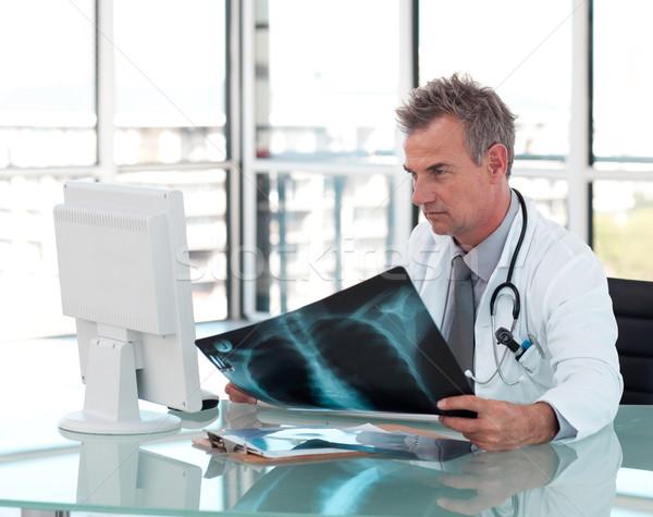 Attrattivo medico di sesso maschile Xray ospedale ufficio Foto d'archivio © wavebreak_media