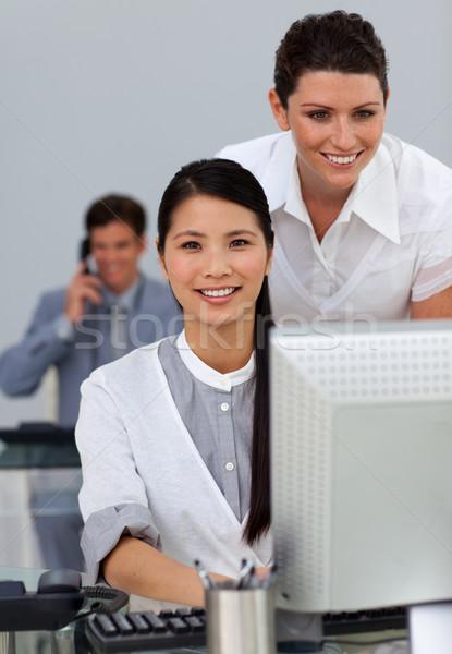 Karizmatikus fiatal menedzser alkalmazottak munka iroda Stock fotó © wavebreak_media