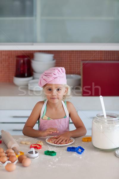 Utangaç kız bakıyor kamera kurabiye Stok fotoğraf © wavebreak_media