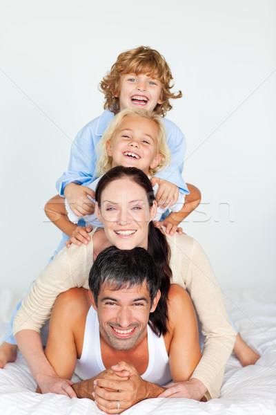 Ouders kinderen spelen samen bed witte Stockfoto © wavebreak_media