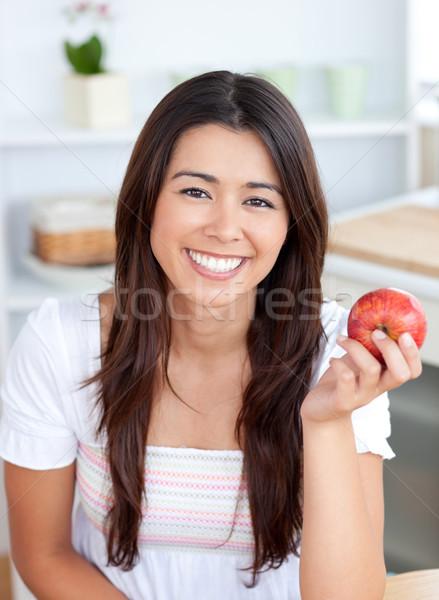 красивая женщина еды яблоко улыбаясь камеры кухне Сток-фото © wavebreak_media