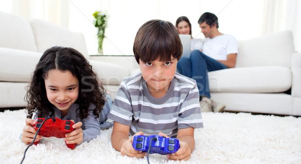 çok güzel kardeşler oynama video oyunları zemin ebeveyn Stok fotoğraf © wavebreak_media