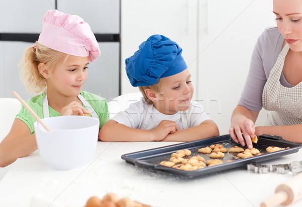 Testvérek anya kóstolás kekszek áll konyha Stock fotó © wavebreak_media