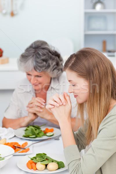 Nő anya imádkozik asztal kéz háttér Stock fotó © wavebreak_media