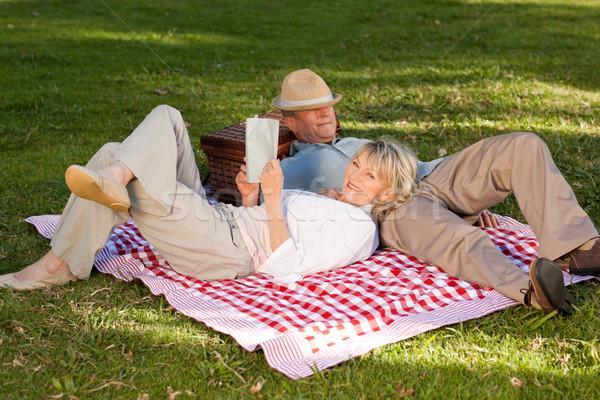 женщину чтение муж спальный парка семьи Сток-фото © wavebreak_media