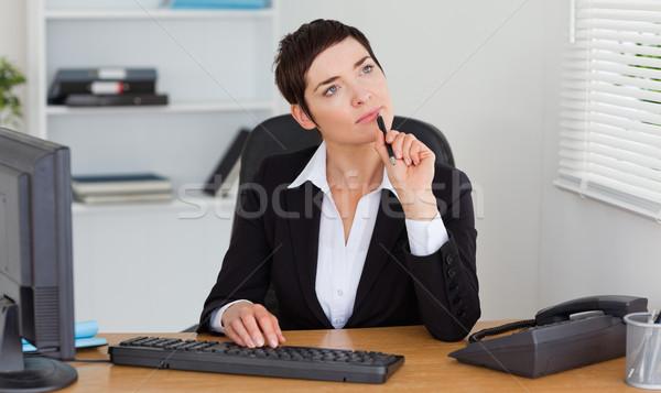 Pensativo secretário escritório computador mulher papel Foto stock © wavebreak_media