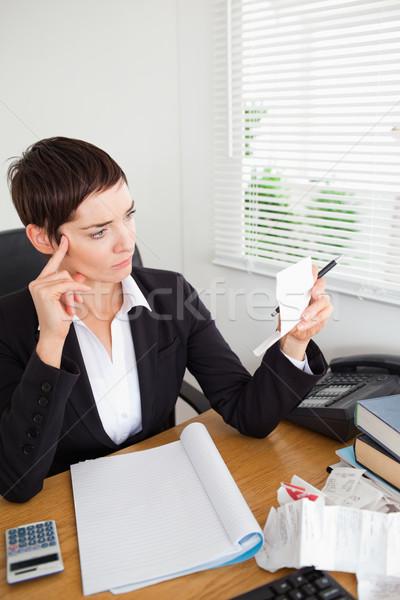 Koncentruje księgowy biuro kobieta papieru uśmiech Zdjęcia stock © wavebreak_media