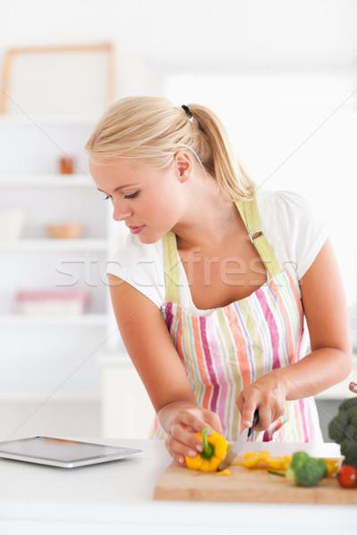 Retrato mujer rubia cocinar cocina sonrisa Foto stock © wavebreak_media
