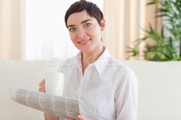 Stockfoto: Portret · brunette · vrouw · beker · krant · woonkamer
