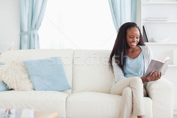 笑顔の女性 読む 図書 リビングルーム ホーム ラウンジ ストックフォト © wavebreak_media