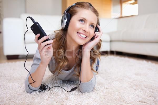 Fiatal nő nappali élvezi zene fejhallgató kanapé Stock fotó © wavebreak_media