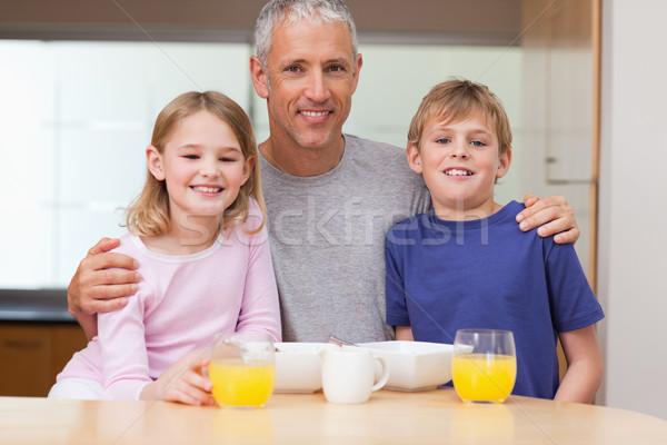 Vader poseren kinderen ochtend ontbijt voedsel Stockfoto © wavebreak_media