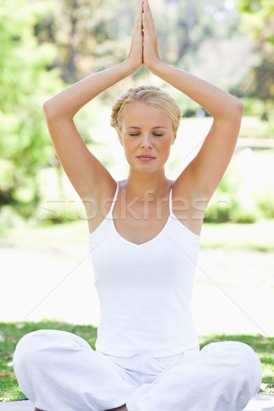 Mulher jovem ioga posição prado beleza Foto stock © wavebreak_media