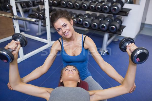 Mulher ensino pesos sorridente ginásio Foto stock © wavebreak_media