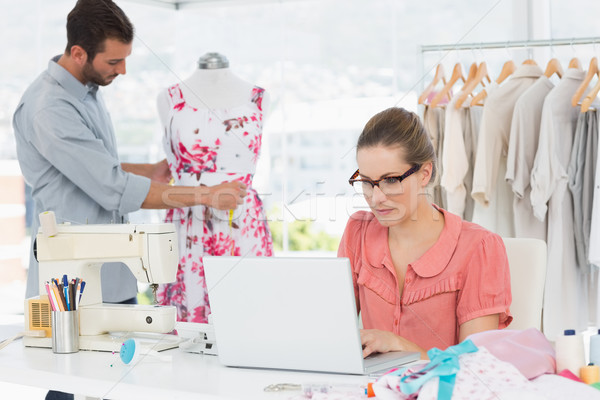 Mujer usando la computadora portátil moda disenador de trabajo estudio Foto stock © wavebreak_media