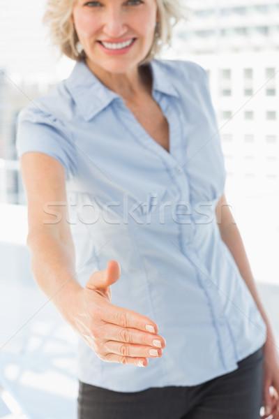 Elegante zakenvrouw aanbieden handdruk portret heldere Stockfoto © wavebreak_media