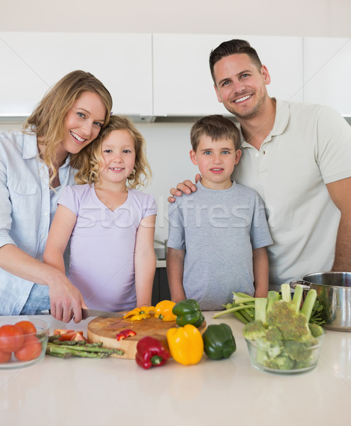 Szerető család tapsolás zöldségek konyha portré Stock fotó © wavebreak_media