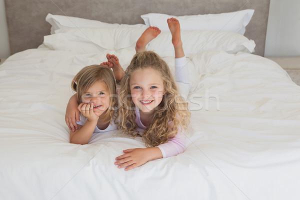 улыбаясь молодые дети кровать портрет два Сток-фото © wavebreak_media