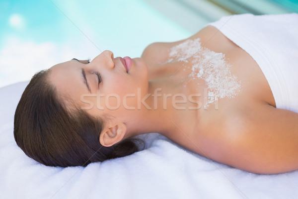 Calme brunette serviette sel traitement poitrine Photo stock © wavebreak_media