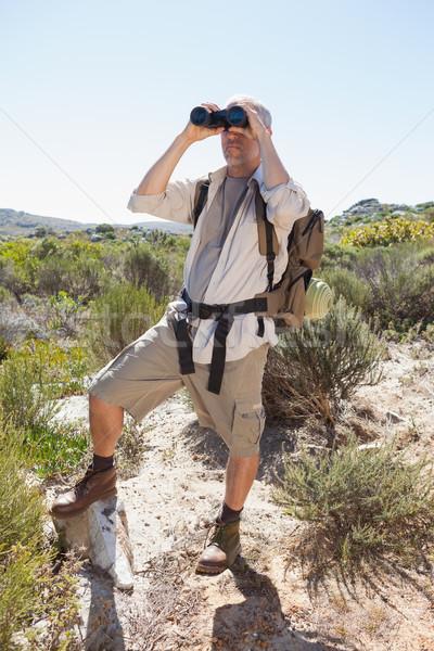 Randonneur regarder jumelles pays sentier Photo stock © wavebreak_media