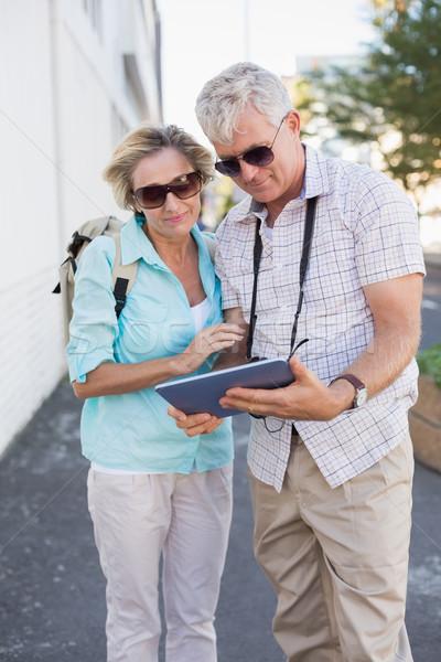Gelukkig toeristische paar tablet stad Stockfoto © wavebreak_media