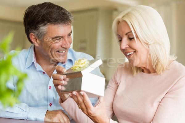 Feliz hombre maduro ofrecimiento esposa regalo casa Foto stock © wavebreak_media