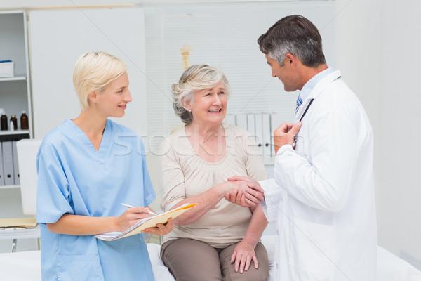 Arts patiënt handen schudden verpleegkundige schrijven rapporten Stockfoto © wavebreak_media